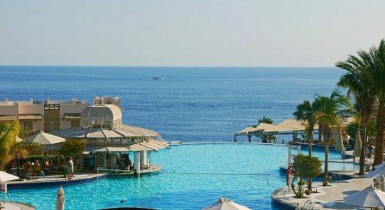 Море и бассейн в отеле